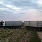 a beragadt teherautó